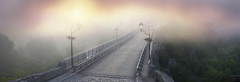 Nebelhafte Morgenbrücke lizenzfreies stockbild