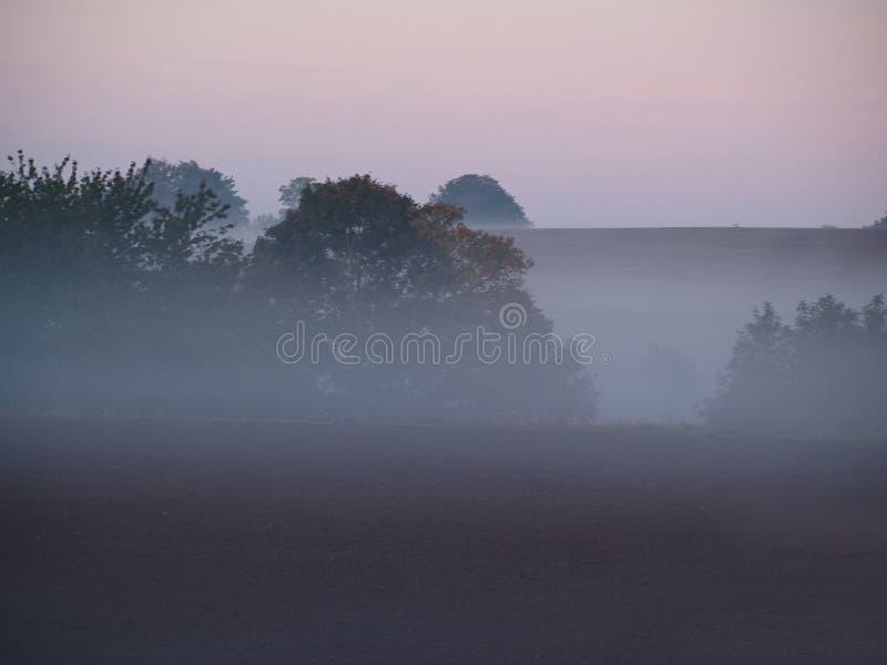 Nebelhafte nebelige Landlandschaft lizenzfreie stockbilder