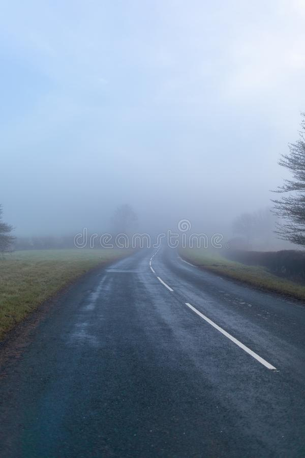 Nebelhafte Straße, die zu überall führt lizenzfreies stockfoto