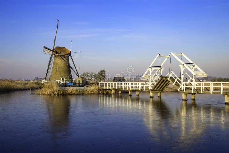 Nebelhafte und ruhige Windmühlenbrücke lizenzfreie stockbilder