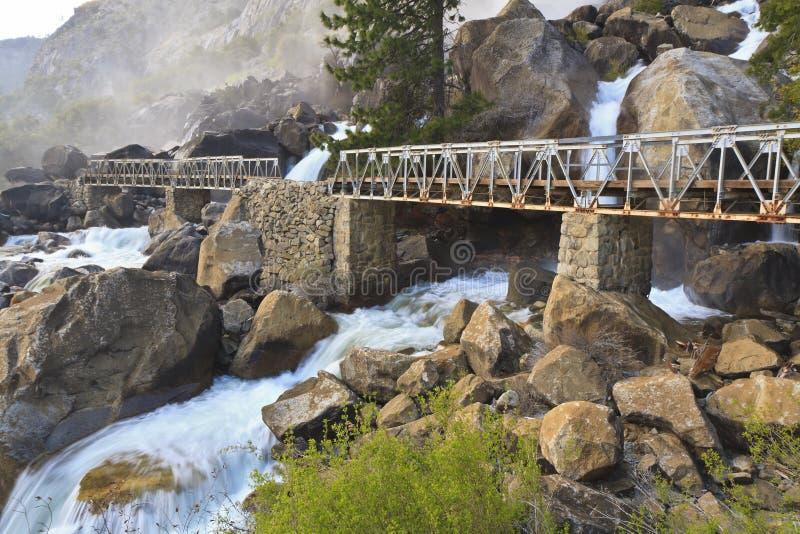 Nebelhafte Wapama Fälle und Brücke stockbilder