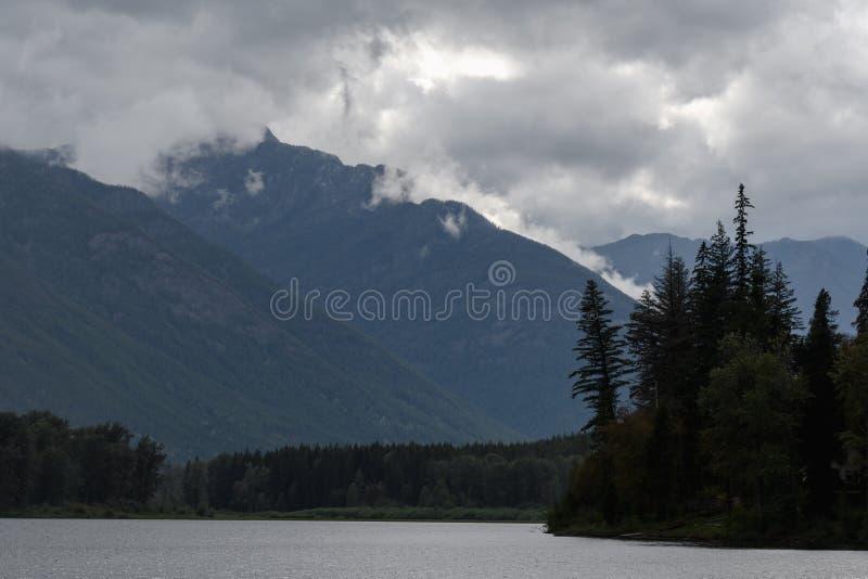 Nebelhafter drastischer Himmel über Bergen stockbild