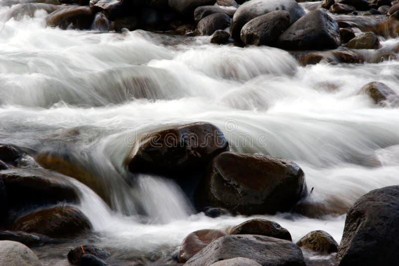 Nebelhafter Fluss lizenzfreies stockfoto