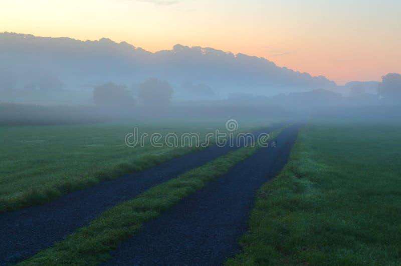Nebelhafter Morgen über Ackerland im Axt-Tal lizenzfreies stockbild