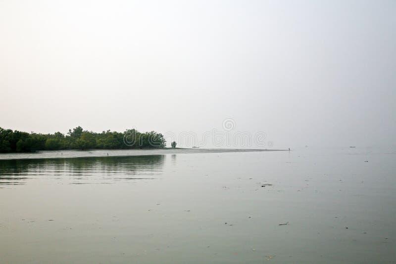 Nebelhafter Morgen auf dem heiligsten von Flüssen in Indien Der Ganges-Delta in Sundarbans, Indien lizenzfreie stockbilder