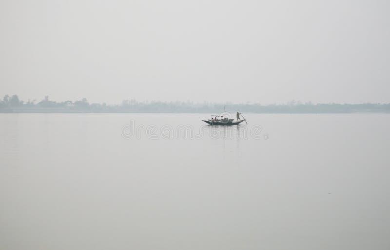 Nebelhafter Morgen auf dem heiligsten von Flüssen in Indien Der Ganges-Delta in Sundarbans, Indien lizenzfreie stockfotos