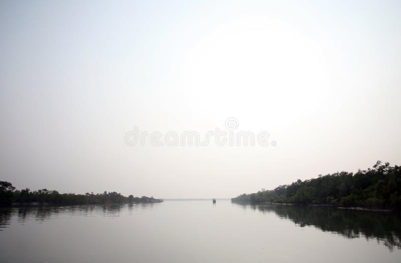 Nebelhafter Morgen auf dem heiligsten von Flüssen in Indien Der Ganges-Delta in Sundarbans, Indien lizenzfreies stockbild