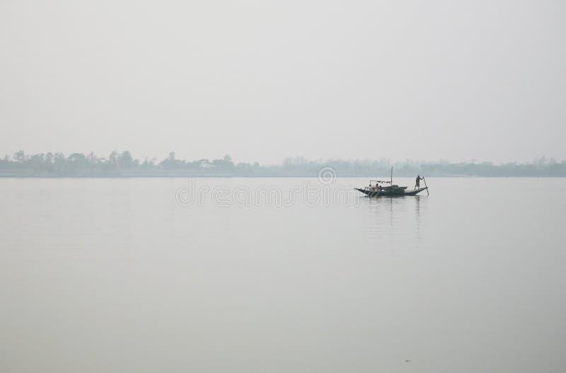 Nebelhafter Morgen auf dem heiligsten von Flüssen in Indien Der Ganges-Delta in Sundarbans, Indien lizenzfreie stockfotografie