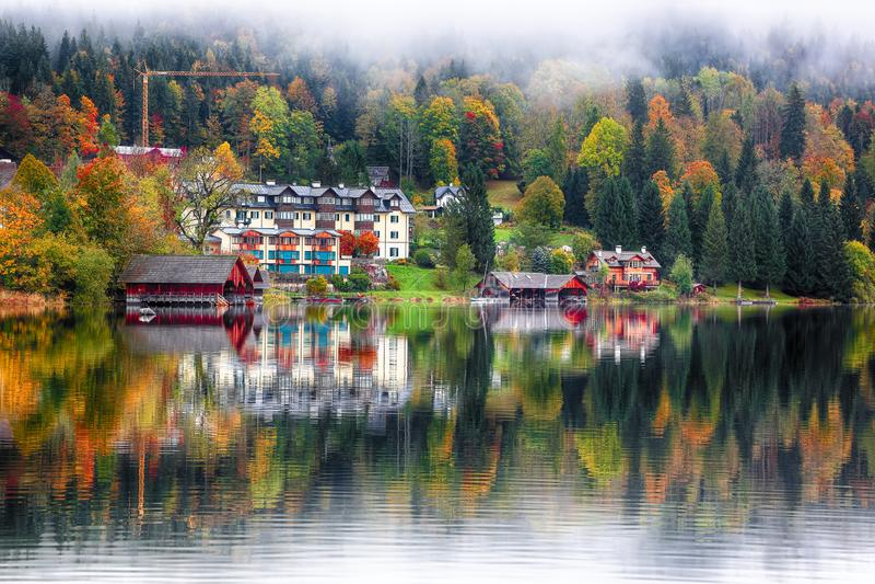 Nebelhafter Morgen auf dem See Altausseer sehen Alpen Österreich Europa lizenzfreie stockbilder