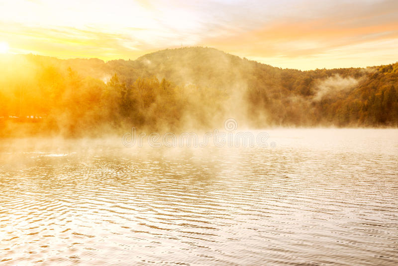 Nebelhafter Morgen auf Plitvice Seen stockfotos