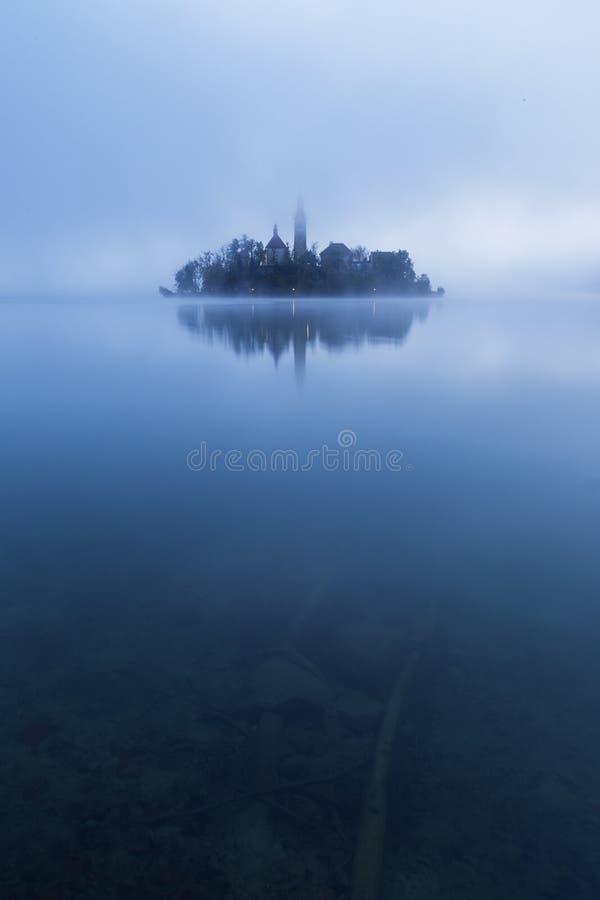 Nebelhafter Morgen im See geblutet lizenzfreie stockfotografie