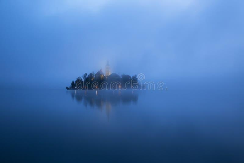 Nebelhafter Morgen im See geblutet lizenzfreie stockbilder