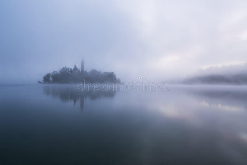 Nebelhafter Morgen im See geblutet lizenzfreie stockfotos