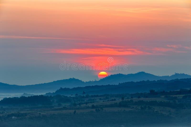 Nebelhafter Morgensonnenaufgang in Khao Takhian Ngo View Point bei Khao-kho stockbild