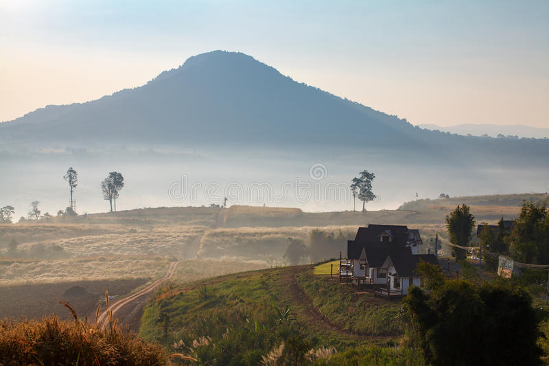 Nebelhafter Morgensonnenaufgang und -haus in Khao Takhian Ngo View Point a lizenzfreies stockbild