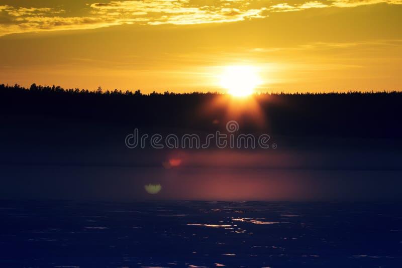 Nebelhafter ruhiger Abend auf dem Waldsee, Sonnenuntergang lizenzfreie stockbilder