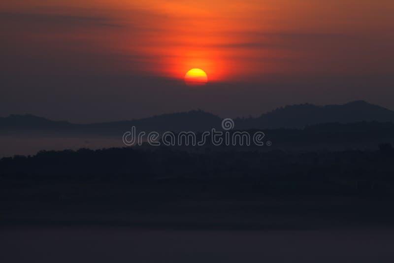 Nebelhafter Sonnenaufgang im Berg stockbilder