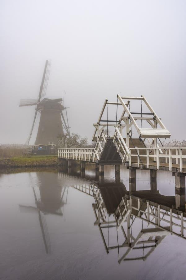 Nebelhafter und ruhiger Windmühlensonnenaufgang stockbilder