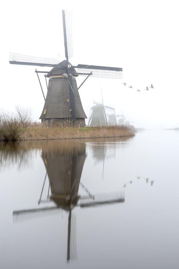 Nebelhafter und ruhiger Windmühlensonnenaufgang lizenzfreie stockbilder
