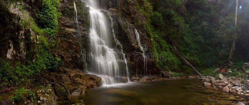 Nebelhaftes Minnamura Wasserfallpanorama lizenzfreies stockfoto
