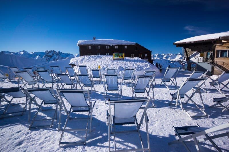 Nebelhorn bergöverkant i vinterdeckchairs arkivbilder