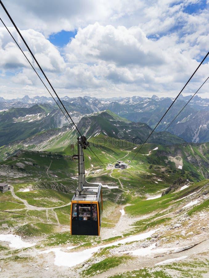 Nebelhorn kabelbil i de Allgau fjällängarna fotografering för bildbyråer