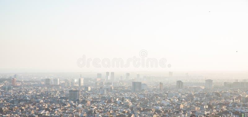 Nebelige Ansichten der Stadt von Barcelona und von Mittelmeer stockfotografie