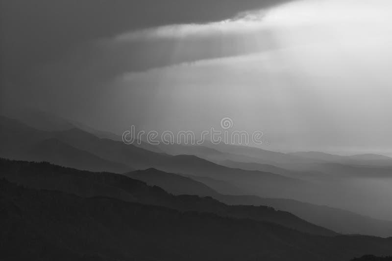 Nebelige Berge in Schwarzweiss stockbild