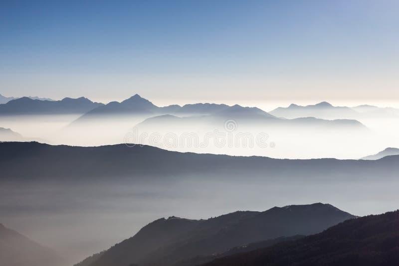 Nebelige Berglandschaft im Himalaja, Nepal lizenzfreies stockfoto
