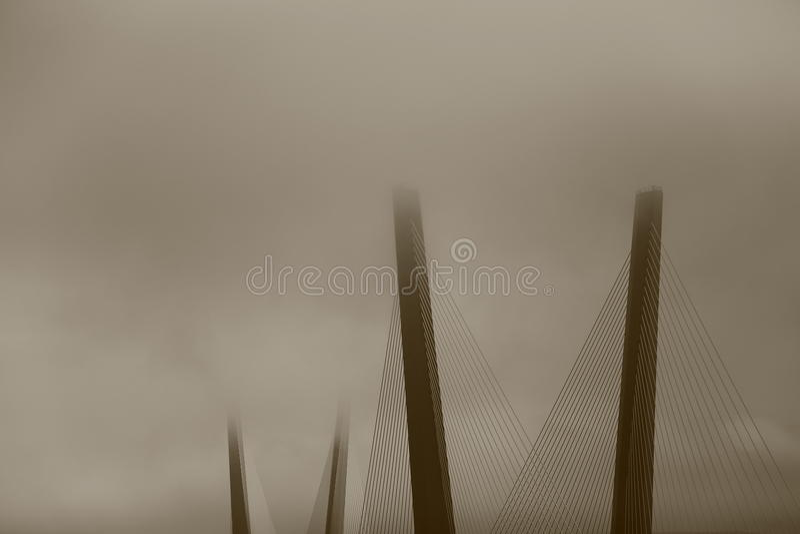 Nebelige Brücke in Wladiwostok, Russland lizenzfreies stockfoto