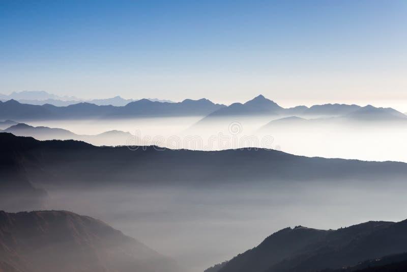 Nebelige Landschaft in den Himalajabergen, Nepal lizenzfreie stockbilder
