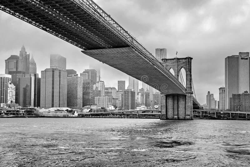 Nebelige Manhattan- - Manhattan-Skyline und Brooklyn-Brücke, Manhattan, New York, Vereinigte Staaten lizenzfreie stockfotos