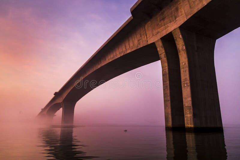 Nebelige Morgenbrücke lizenzfreie stockbilder