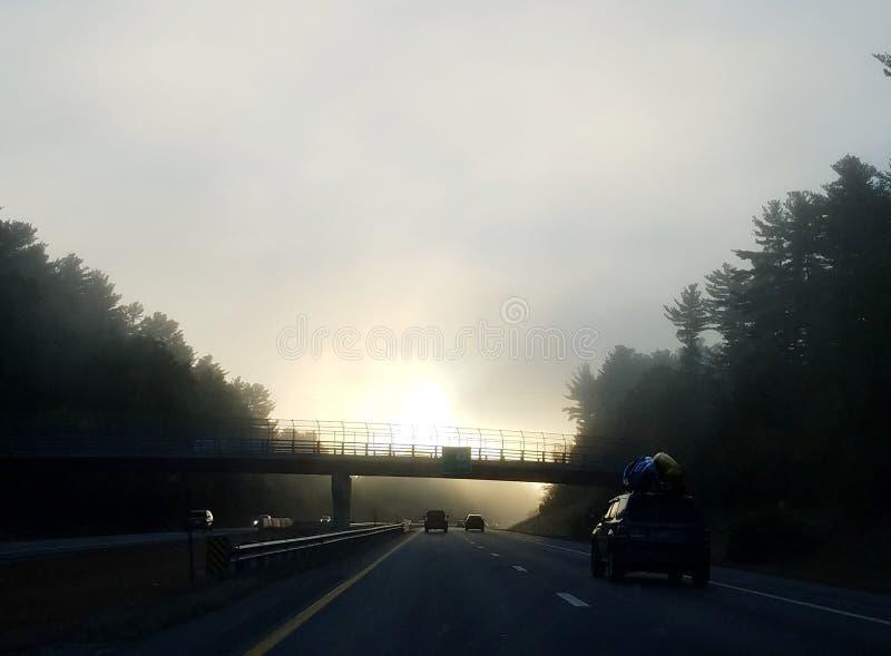 Nebelige Oktober-Morgen in Neu-England stockbilder