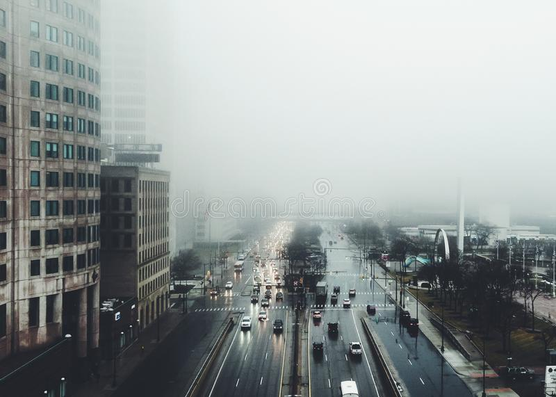 Nebelige Stadt stockfotografie