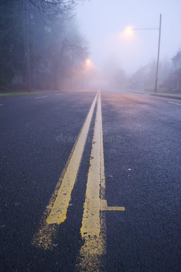 Nebelige Straße lizenzfreies stockbild