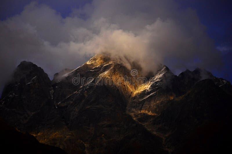 Nebeliger Berg stockfotos