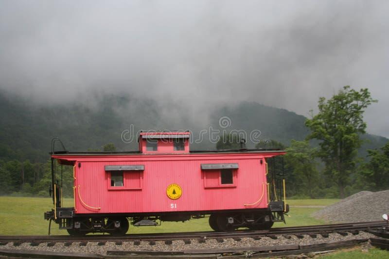 Nebeliger Berg der roten Kombüse lizenzfreie stockbilder