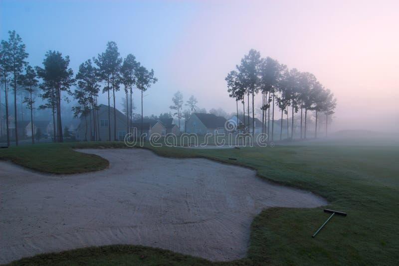 Nebeliger Golfplatz lizenzfreie stockfotos