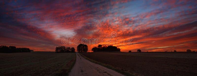 Nebeliger Herbstsonnenaufgang stockbilder