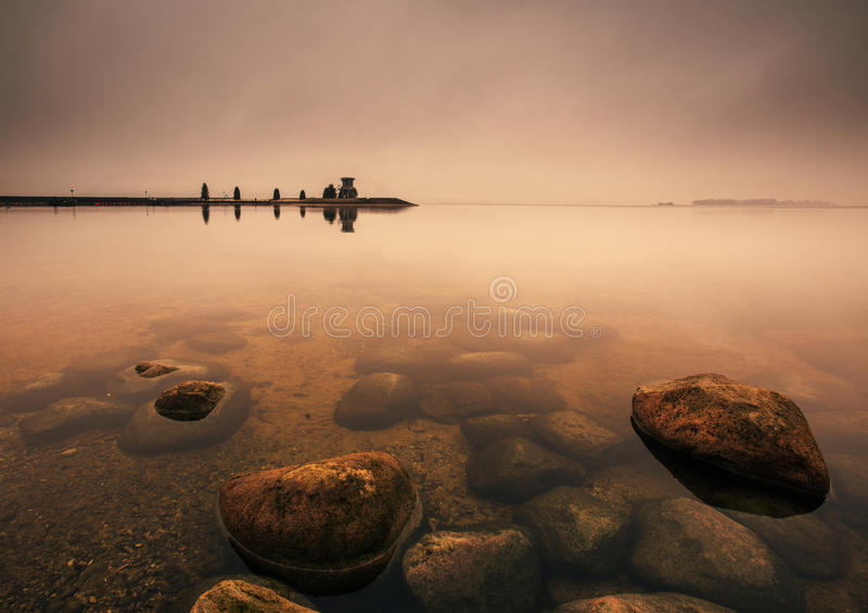 Nebeliger Herbstsonnenaufgang lizenzfreie stockfotografie