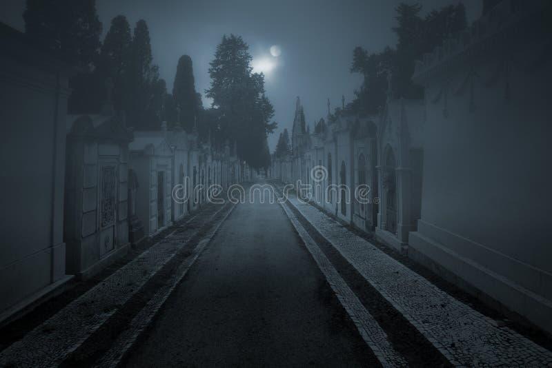 Nebeliger Kirchhof nachts stockfotografie