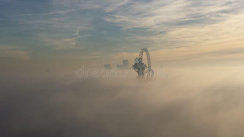 Nebeliger London-Morgen (Stratford) stockfotos