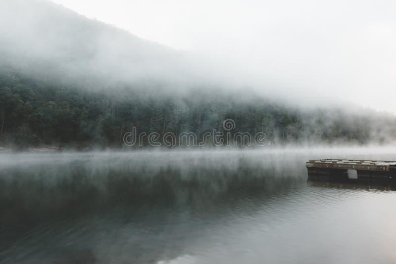 Nebeliger Morgen auf dem See stockfoto
