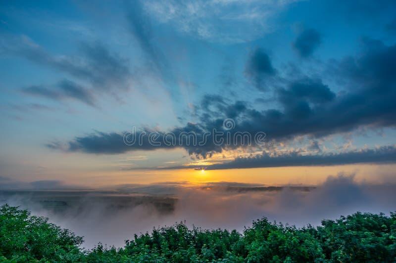 Nebeliger Morgen auf der Bank des Flusses Dnister stockfotos