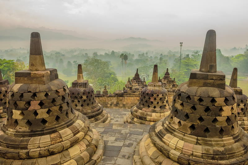 Nebeliger Morgen in Borobudur, Java, Indonesien stockfotos