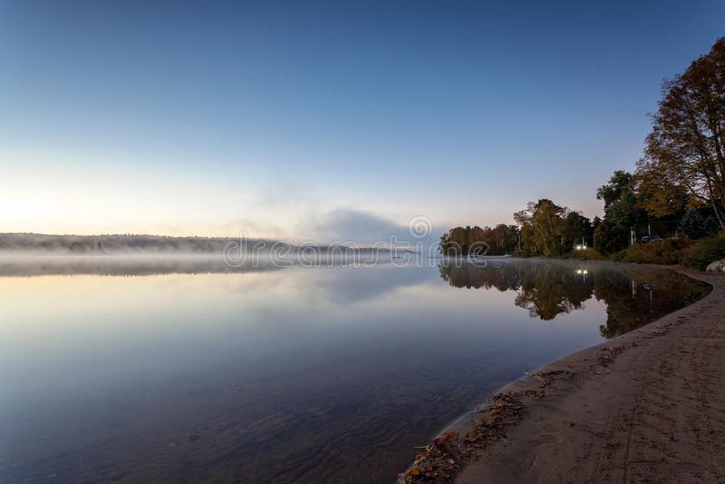 Nebeliger Morgen im See des Algonquin-provinziellen Parks, Ontario, Kanada stockbilder