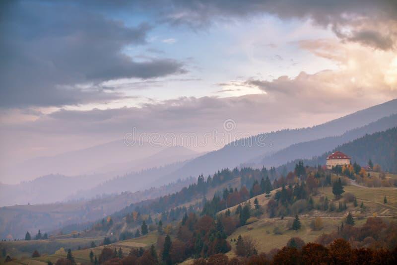 Nebeliger Morgen Novembers in den Karpatenbergen lizenzfreies stockfoto