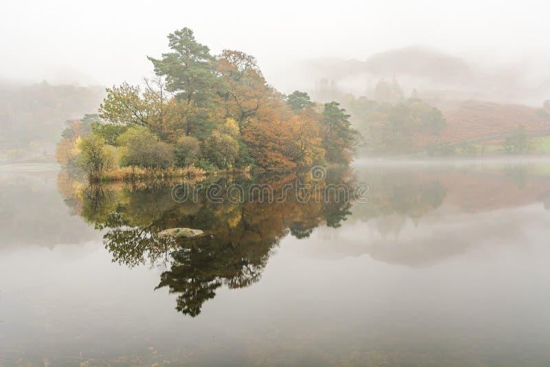 Nebeliger Morgen an Rydal-Wasser im See-Bezirk, Großbritannien lizenzfreie stockfotografie