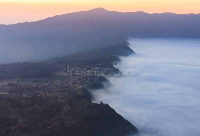 Nebeliger Morgenschuß des Bereichs, der Gunung Bromo, Java, Indonesien umgibt lizenzfreie stockbilder